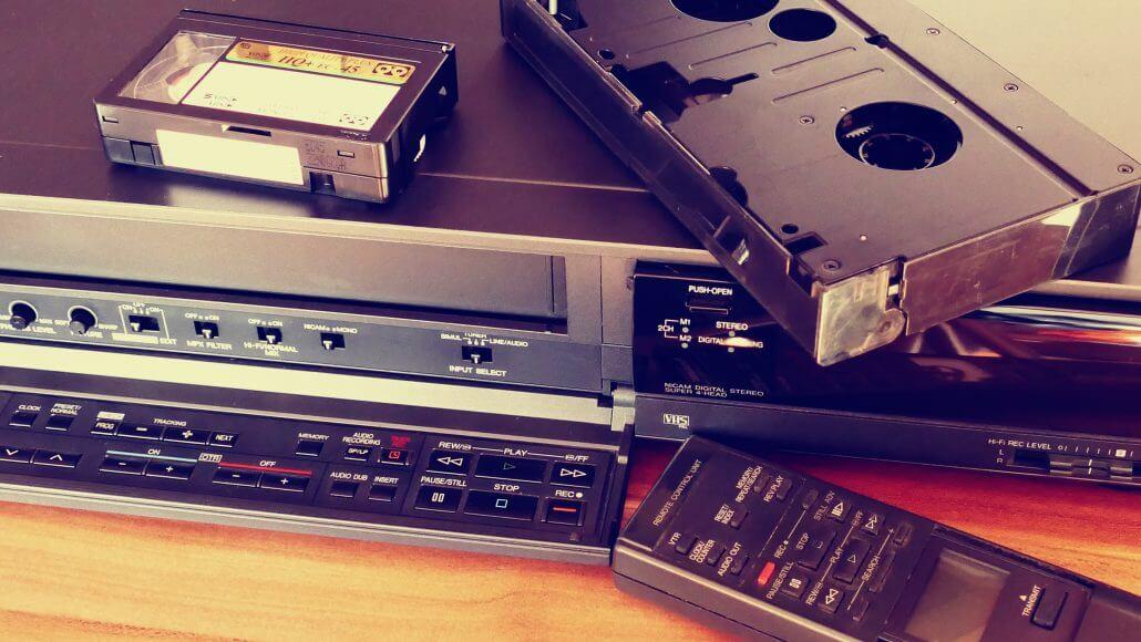 Fita VHS e aparelho de vídeo, produtos confeccionados com plásticos