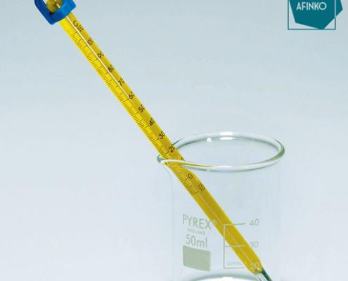 termômetro em um becker